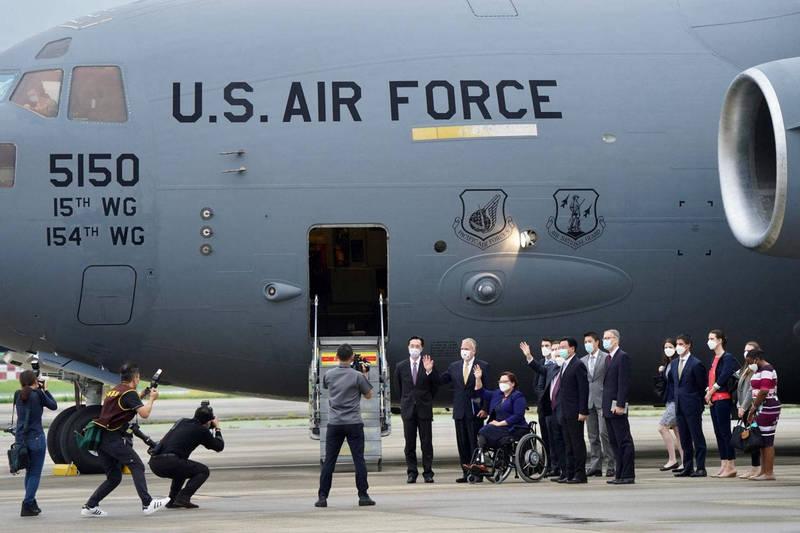 6月6日3位美國參議員搭美軍C-17軍用運輸機抵達台灣,親口宣布美國將捐贈75萬劑疫苗給台灣。(法新社)