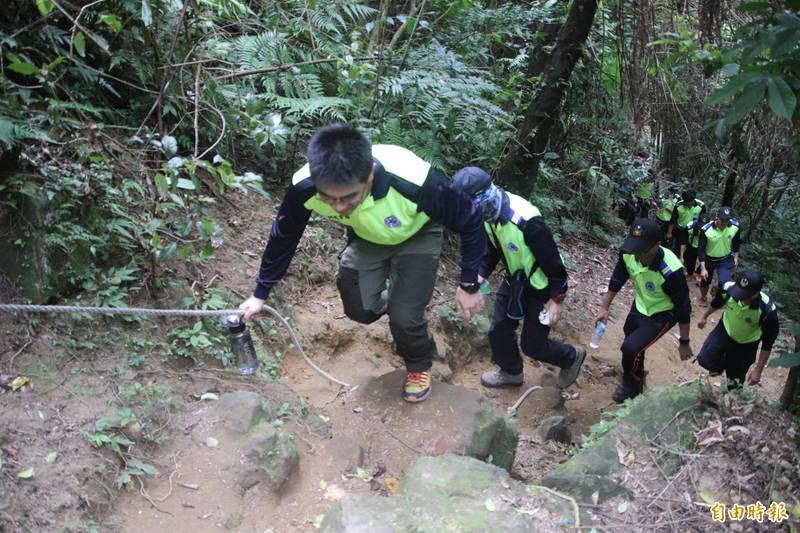關西石牛山是新竹縣政府消防局第3大隊同仁常訓山搜地之1,但「勇咖」如他們,攻頂來回1趟也要2個小時。(資料照,記者黃美珠攝)