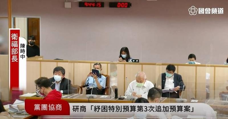 衛福部長陳時中報告指出,我國接種疫苗後死亡通報率與其他國家相近,未出現危險訊號。(記者陳昀翻攝)