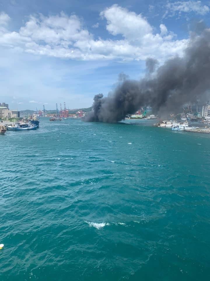 基隆市1艘漁船在正濱漁港旁發生火燒船。(記者林欣漢翻攝)