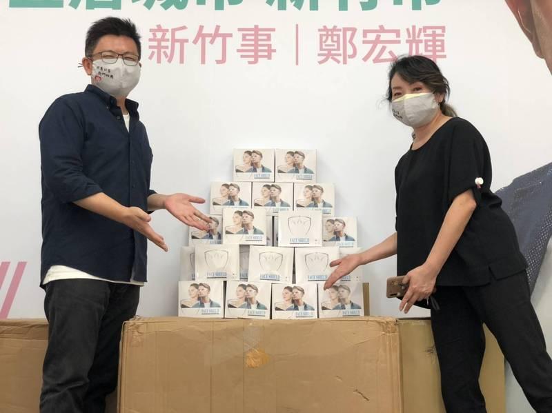 行政院政務顧問鄭宏輝送防疫面罩給76行者遺體修復團隊。(鄭宏輝團隊提供)