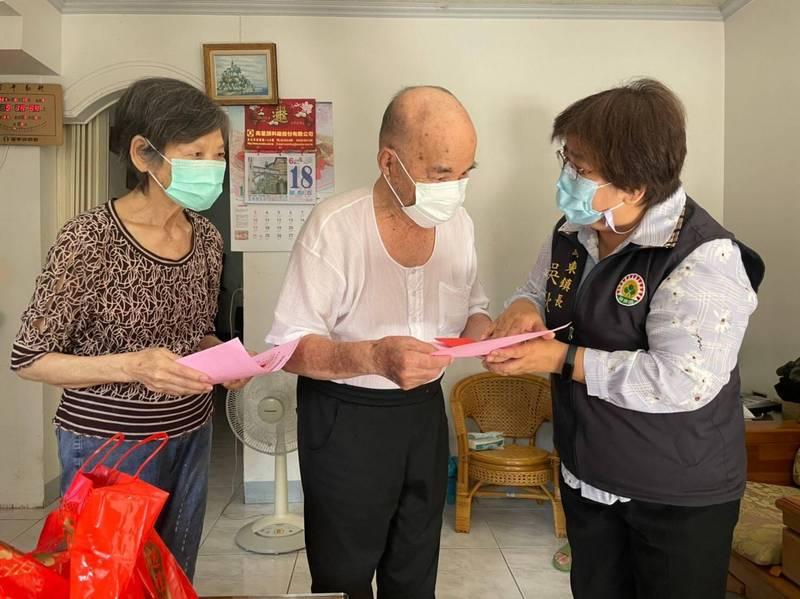 羅東鎮發給65歲以上鎮民200元接種交通津貼,鎮長吳秋齡(右)鼓勵長者施打疫苗一起抗疫。(記者江志雄翻攝)