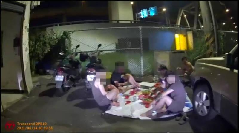 警方到場發現,外籍移工群聚烤肉聚會。(記者魏瑾筠翻攝)