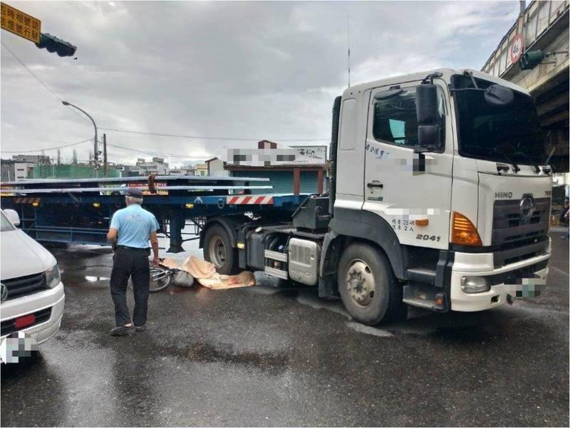 東港大橋下方涵洞今天近中午發生嚴重車禍,騎腳踏車的吳姓男子當場遭林姓男子所駕駛的曳引車輾斃。(警方提供)