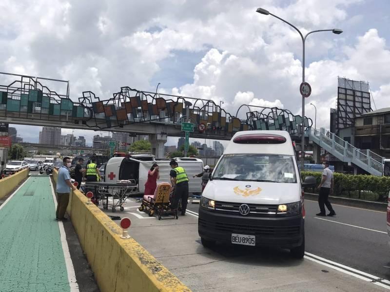 警方調查發現,救護車側翻之因,是吳姓駕駛自撞安全島。(記者張瑞楨翻攝)