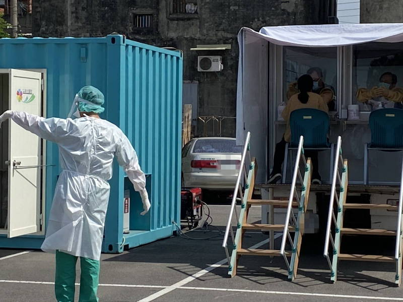 彰化縣連續3天都沒新增確診個案,疫情逐漸穩定,為精準圍堵傳染鏈,彰化縣擴大匡列篩檢接觸者,目前每日篩檢量維持在高能量、每天約2000多人的PCR核酸檢測。(記者張聰秋攝)
