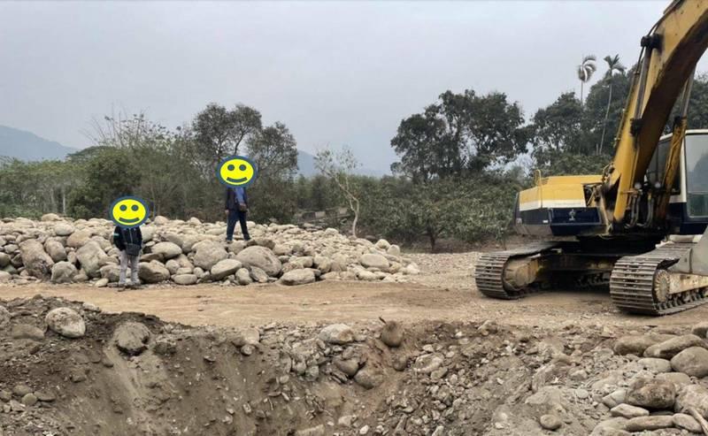 橋頭地檢署六龜山區破獲砂石盜採案。(記者蔡清華翻攝)