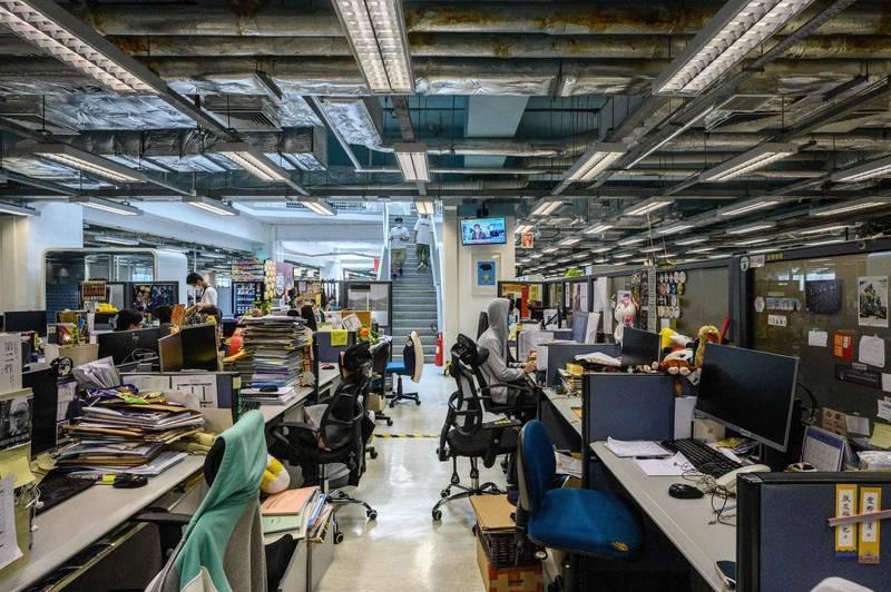 香港蘋果日報17日早上遭到警方大舉搜索。(法新社)