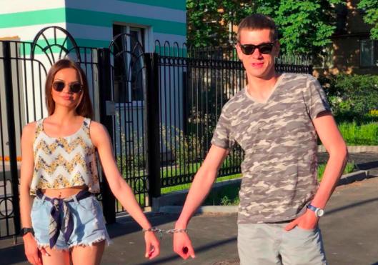 情侶庫德雷與普斯托維托娃,因為經常吵架,使用鐵鍊銬住彼此以挽救感情。(圖擷取自「sashaplusvika」Instagram)