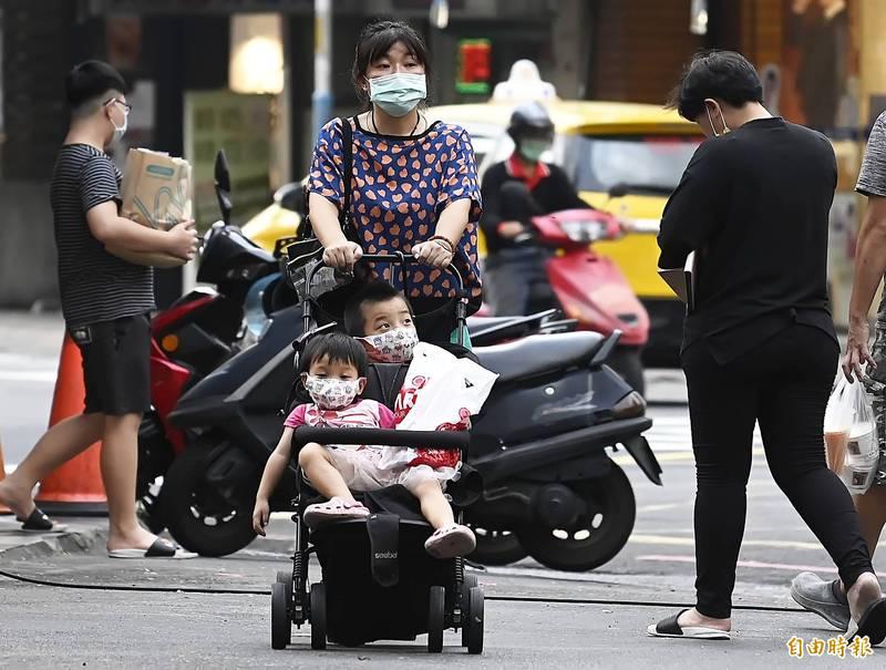 行政院發放「孩童家庭防疫補貼」,每人補貼1萬元,今(18日)開放自動櫃員機(ATM)申領。(資料照)