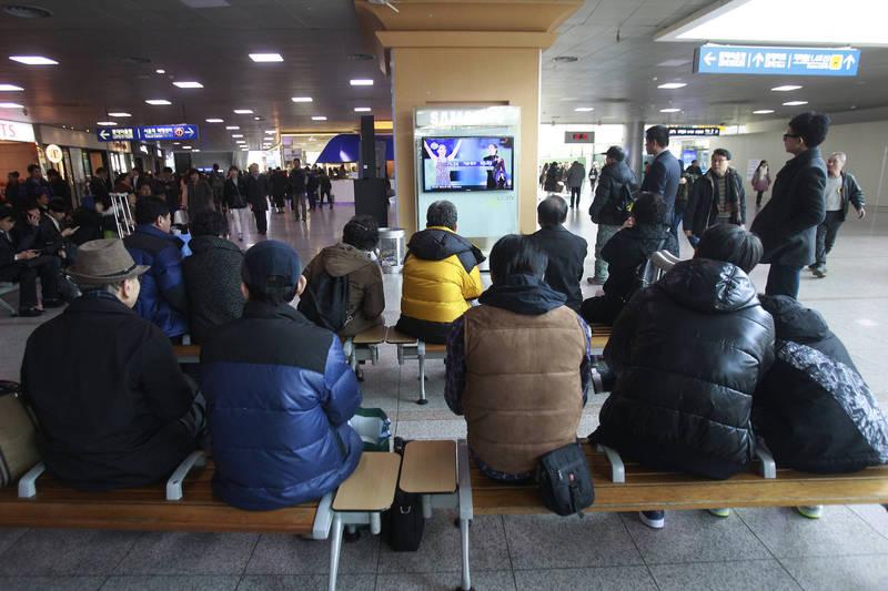 南韓執政黨共同民主黨正在推動改革,要求若媒體傳播假訊息造成損失,須賠償帳面金額3至5倍的罰款。圖為南韓民眾觀看新聞。(美聯社)