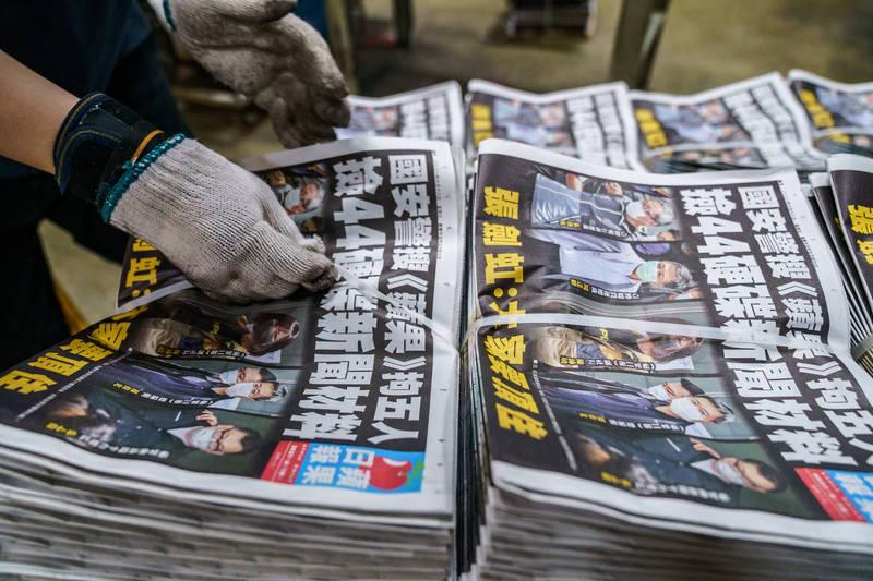 港警昨拘捕香港蘋果日報5名高層,今如常出版並加印至50萬份,頭版大字疾呼「大家要頂住」。(彭博社)