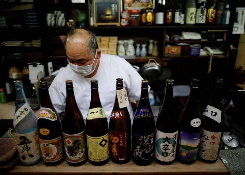 日本政府政府決定東京、北海道、愛知、大阪、兵庫、京都、福岡等7都道府縣的緊急狀態在20日期滿後,防疫等級調降為「防止蔓延等重點措施」,降級後發布區域晚間7點前可提供酒類飲品。(路透)