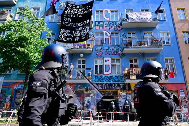 柏林警方16日在驅離佔屋人士的行動中,遭到居民的攻擊,造成60名員警受傷。(法新社)