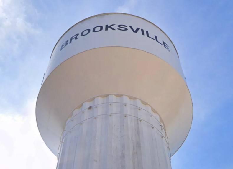 瑞德花費5.5萬美元買入包括公用庫及水塔在內的建物,隨後再以10美元將水塔售回魯克斯市政府。(圖擷取自「Google地圖」)