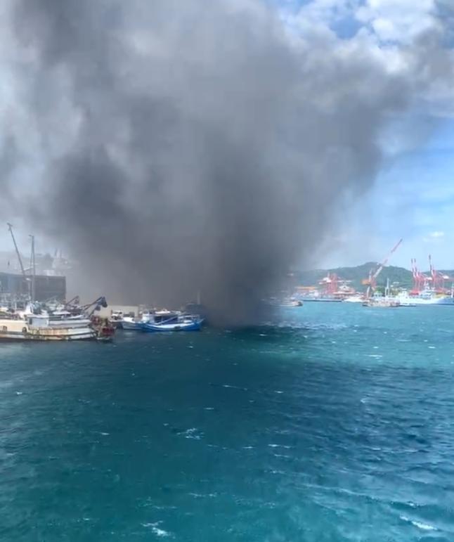 基隆市1艘漁船在正濱漁港旁發生火燒船,濃煙沖天而起。(記者林欣漢翻攝)