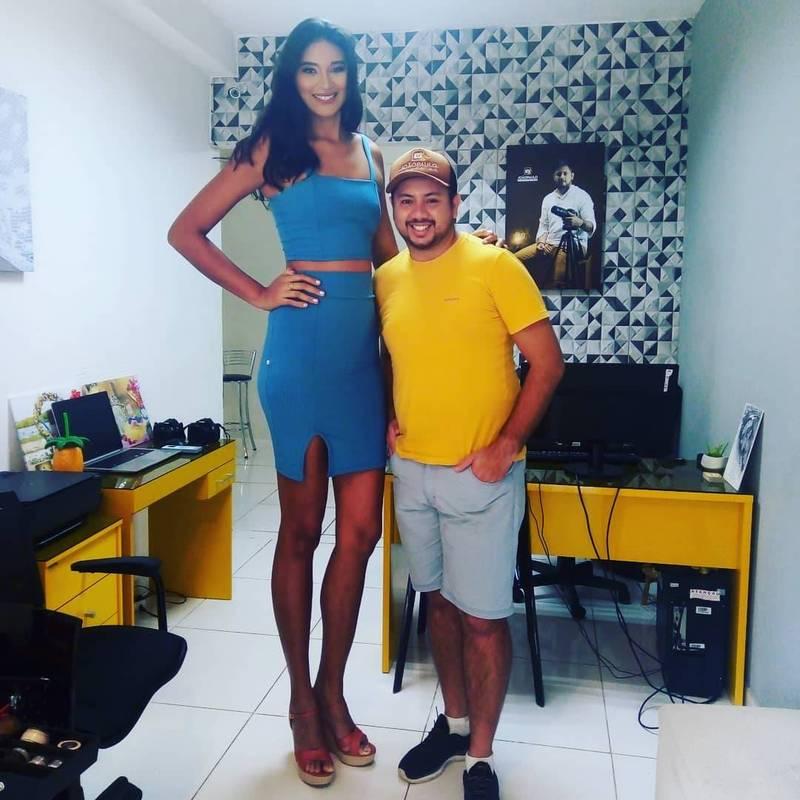26歲的巴西女模席維亞(圖左),因罹患巨人症,擁有高達207公分的身高,讓她從小就備受霸凌與歧視。(圖翻攝自elisane_oficial官方IG)