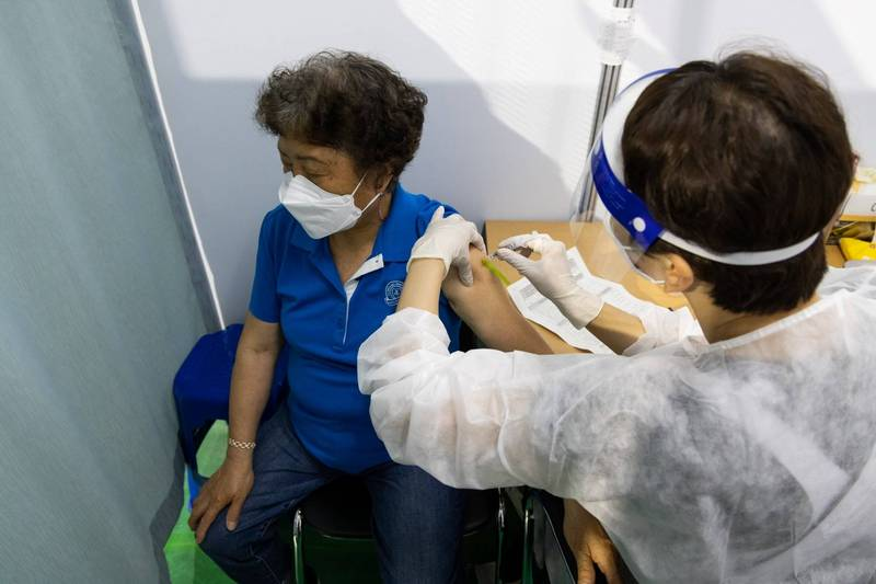 韓國7月起將首次進行不同廠牌第2劑武漢肺炎疫苗混合施打,預估將有76萬首劑接種AZ疫苗者,第2劑改為接種輝瑞疫苗。(彭博)