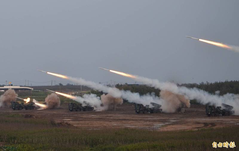 金馬外島所部署的「雷霆兩千」多管火箭系統,是利用台灣本島各軍團實施聯合反登陸實彈射擊操演的時機,將「雷霆兩千」多管火箭系統,連官兵帶裝備都運到台灣本島進行射擊,強化「雷霆兩千」部隊的戰力。圖為過去軍方漢光演習期間,雷霆兩千在澎湖進行實彈射擊。(資料照)