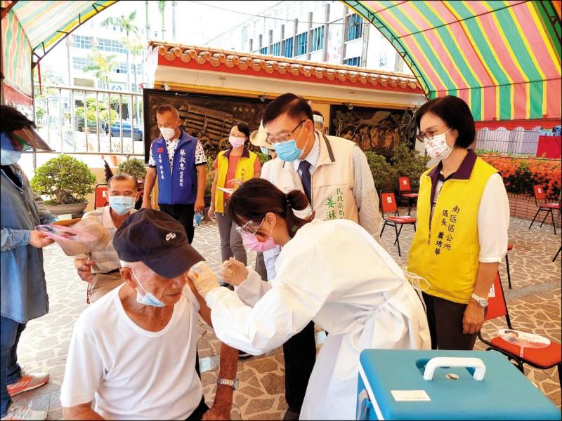 台南市南區昨日於灣裡萬年殿前增設接種站,施打狀況相當踴躍。(南市府提供)