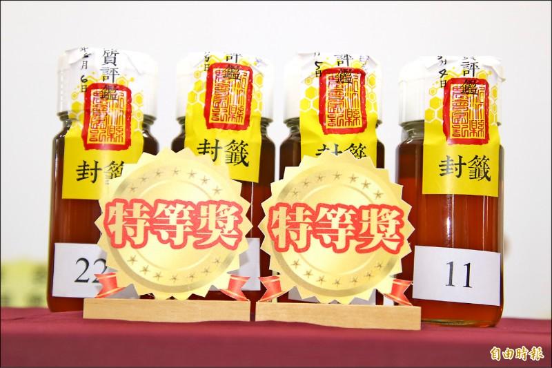 今年4個新竹縣國產優質龍眼蜜的特等獎,就有3個被芎林鄉養蜂產銷班第1班包辦。(記者黃美珠攝)