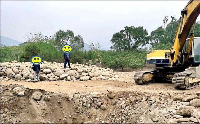 檢警在六龜山區破獲砂石盜採案。(記者蔡清華翻攝)