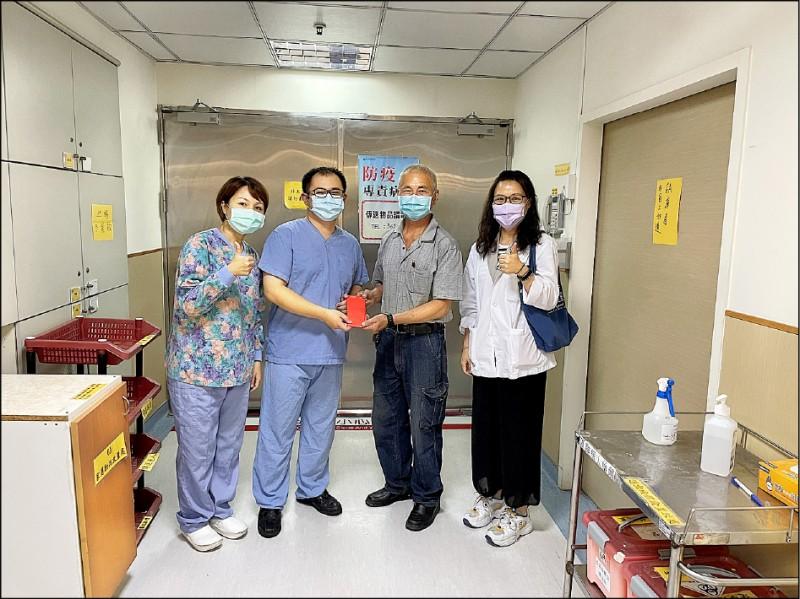 曾姓婦人的先生(右二)昨捐6萬元給嘉義基督教醫院,感謝醫護人員悉心照護他太太。 (嘉義基督教醫院提供)