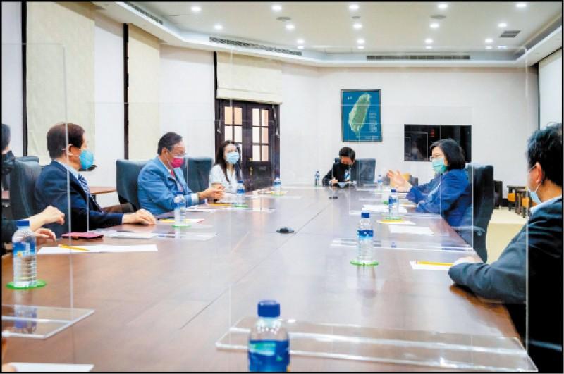 蔡英文總統昨下午會見台積電董事長劉德音與鴻海創辦人郭台銘,三方達成一千萬劑BNT的採購「必須原廠製造、原廠包裝、直送台灣」的共識。(總統府提供)