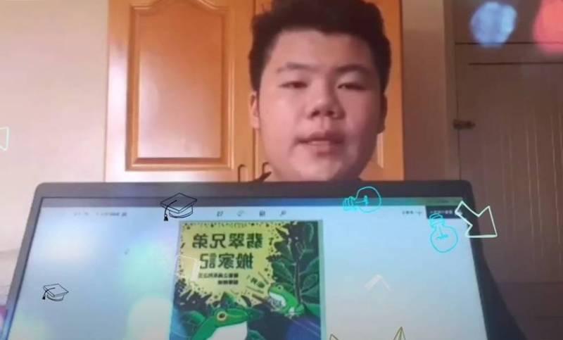 大林國中學生黃炫尊為家鄉進行導覽。(記者林宜樟翻攝)
