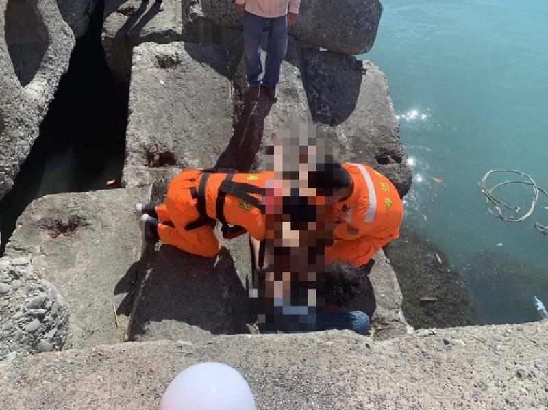 台東大武漁港今天早上一位男子落水,海巡救起無呼吸心跳。( 海巡提供)