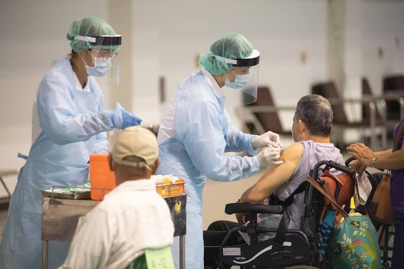 嘉義市今天再通報2案疑為疫苗接種不良反應事件,圖為日前為高齡長輩施打疫苗情況,與新聞事件無關。(資料照)