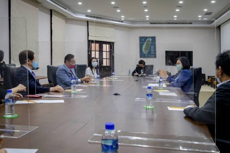 總統蔡英文昨天接見鴻海創辦人郭台銘與台積電董事長劉德音,政府將授權兩家企業採購德國BNT疫苗,未來BNT原廠的態度成關鍵。(圖:總統府提供)