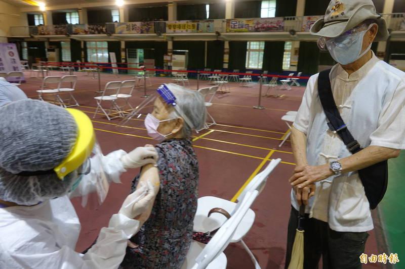 彰化縣90歲以上長者施打疫苗,九把刀的阿嬤也來接種。(記者劉曉欣攝)