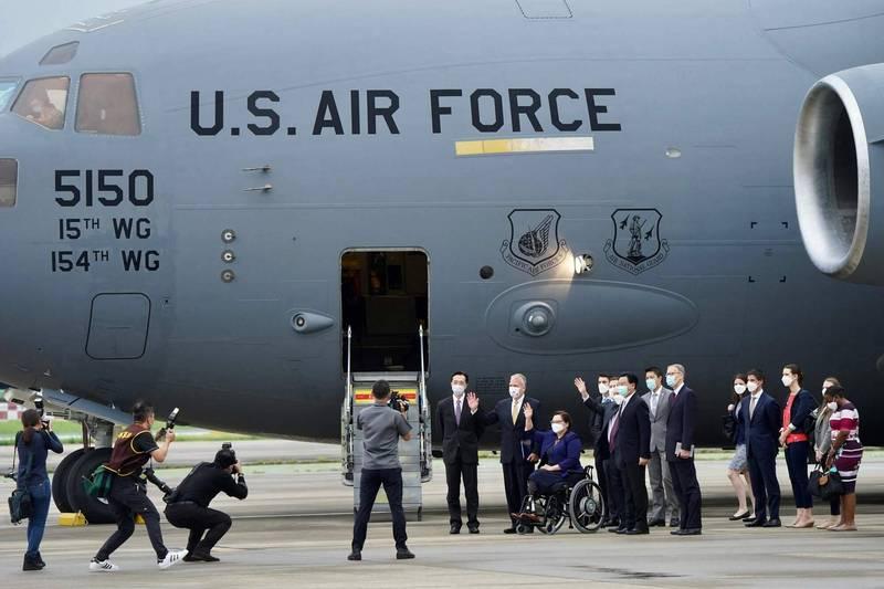 美國參議員6日搭美軍軍機抵達台灣,當時宣佈捐贈75萬劑疫苗給台灣,今天則確定擴增數量,追加到總量250萬劑。(法新社)