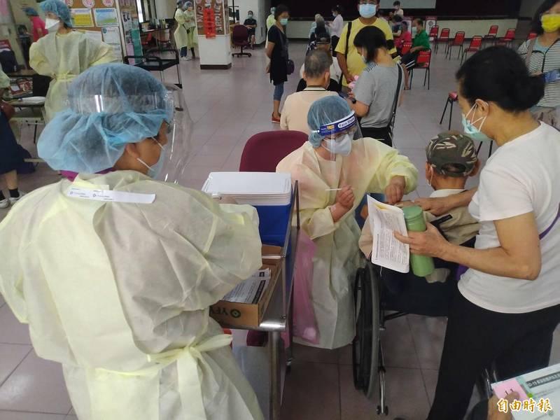 為加速提升全體保護力,台南市長黃偉哲宣布,即日起開放75歲以上及65歲以上具原住民身分者接種疫苗。(記者王姝琇攝)