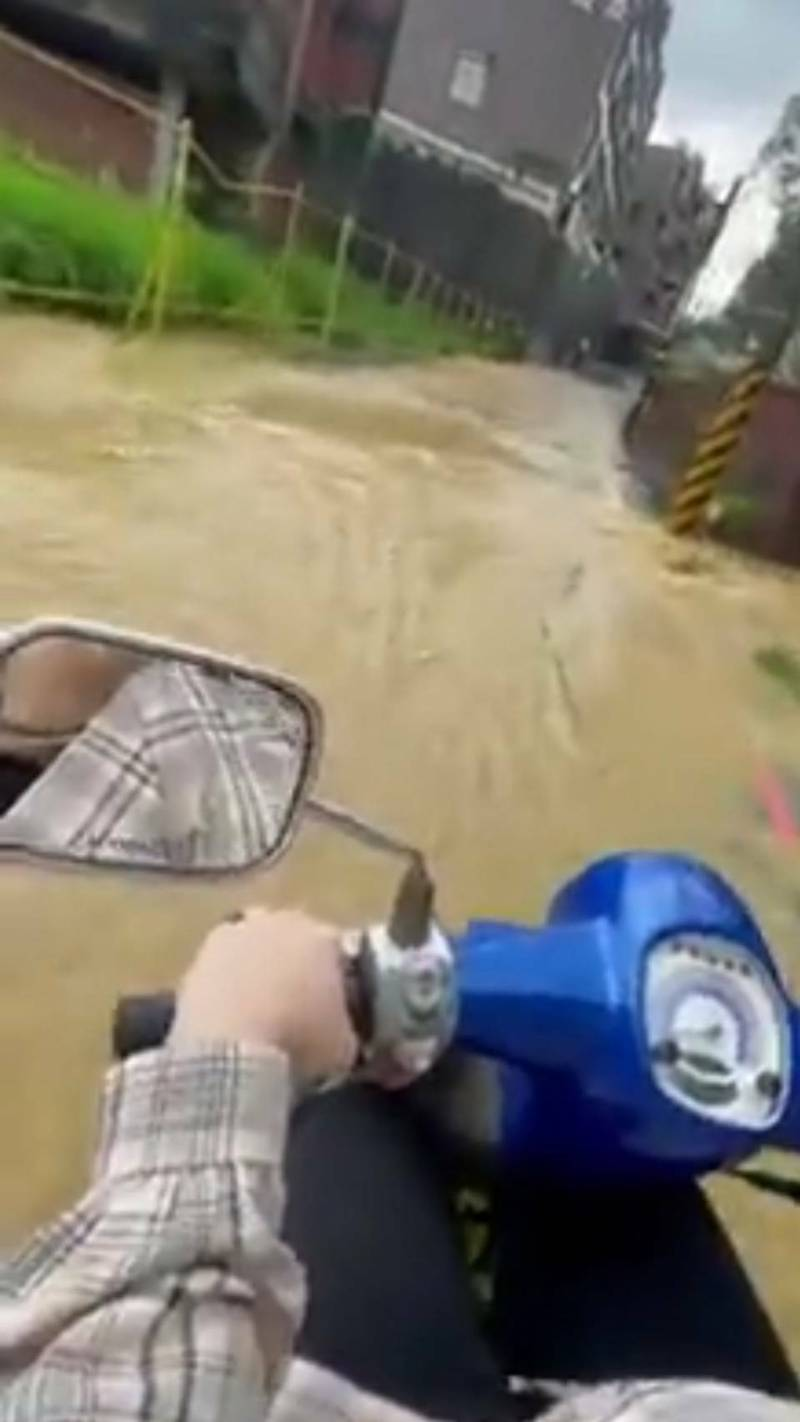 高雄下大雨,鳥松區松埔北巷泥流湧入積淹水,民眾騎車喊「黃泉湧爆」。(擷取自爆料公社)