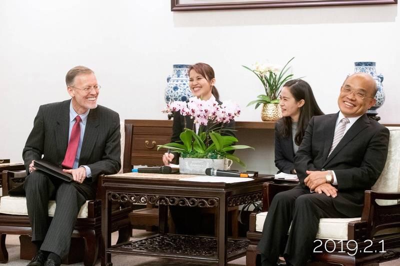 美國決定援台250萬劑莫德納疫苗。行政院長蘇貞昌表示「非常感動」,圖為蘇貞昌與美國在台協會處長酈英傑會面的照片。(圖取自蘇揆臉書)