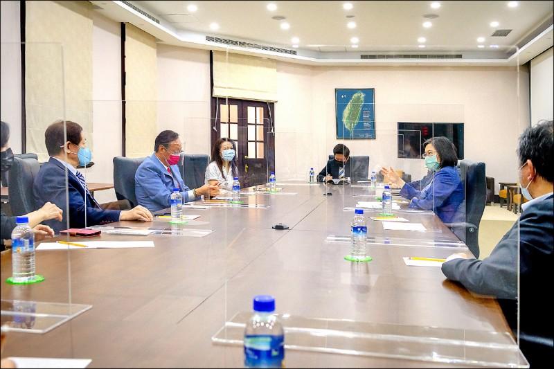 蔡英文總統(右二)昨會見鴻海創辦人郭台銘(左二)與台積電董事長劉德音(左),三方共識力爭BNT原廠直送台灣。(總統府提供)