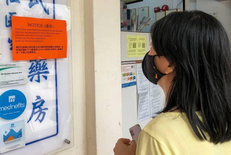 新加坡核准私人藥房施打科興疫苗,吸引不少民眾前往。(路透)