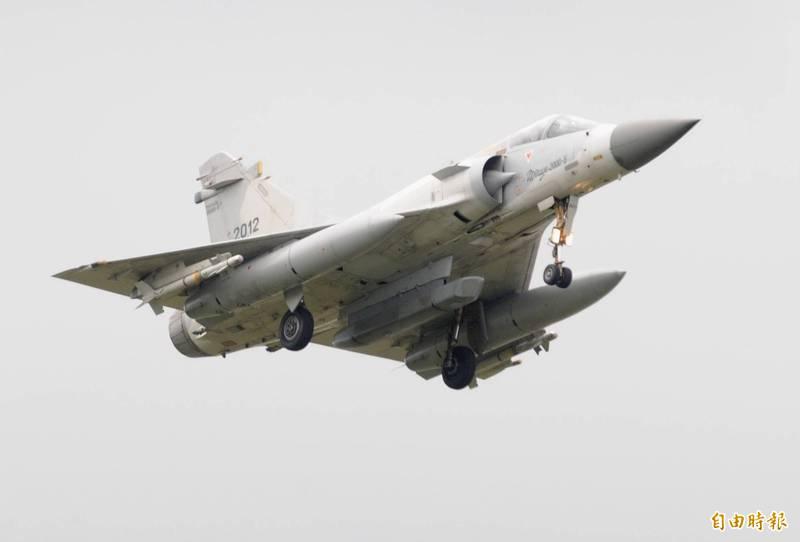 轉駐空軍台中清崗基地已有一年多的幻象戰機機隊,本月已陸續返駐新竹基地,幻象戰機也掛載包括ASTAC電子情報偵蒐莢艙在內的各式裝備,飛回新竹基地。幻象戰機機腹下方的長條型裝備,就是被飛行員暱稱「法國麵包」的ASTAC電偵莢艙。圖為幻象戰機先前掛載ASTAC電偵莢艙參與國軍漢光演習操演的畫面。(資料照)