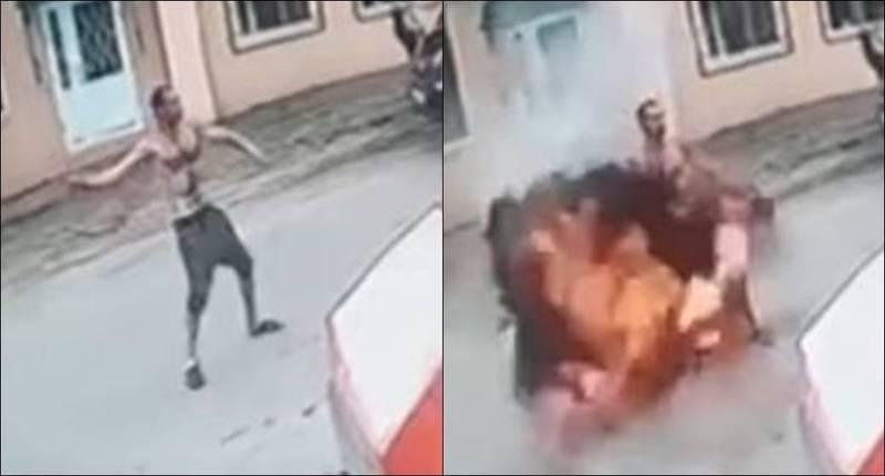 烏克蘭38歲男子與老闆發生爭執,從口袋裡面拿出1顆手榴彈想要報復,不料手榴彈最後竟在他手裡爆炸,當場炸斷他的手。(擷取自YouTube影片)