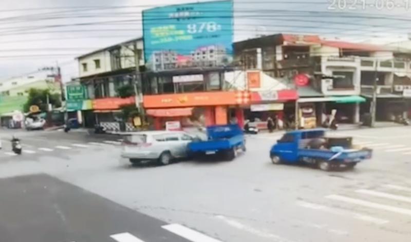 銀色廂型車闖紅燈撞上小貨車驚魂畫面。(擷取畫面)