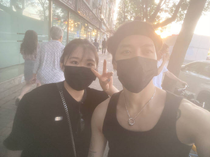 中國網友「嘟嚕兒」興奮地曬出她和偶像王嘉爾在北京街道上巧遇的畫面,王嘉爾身著黑色背心,戴著髮帶,穿著相當休閒。(圖翻攝自微博)