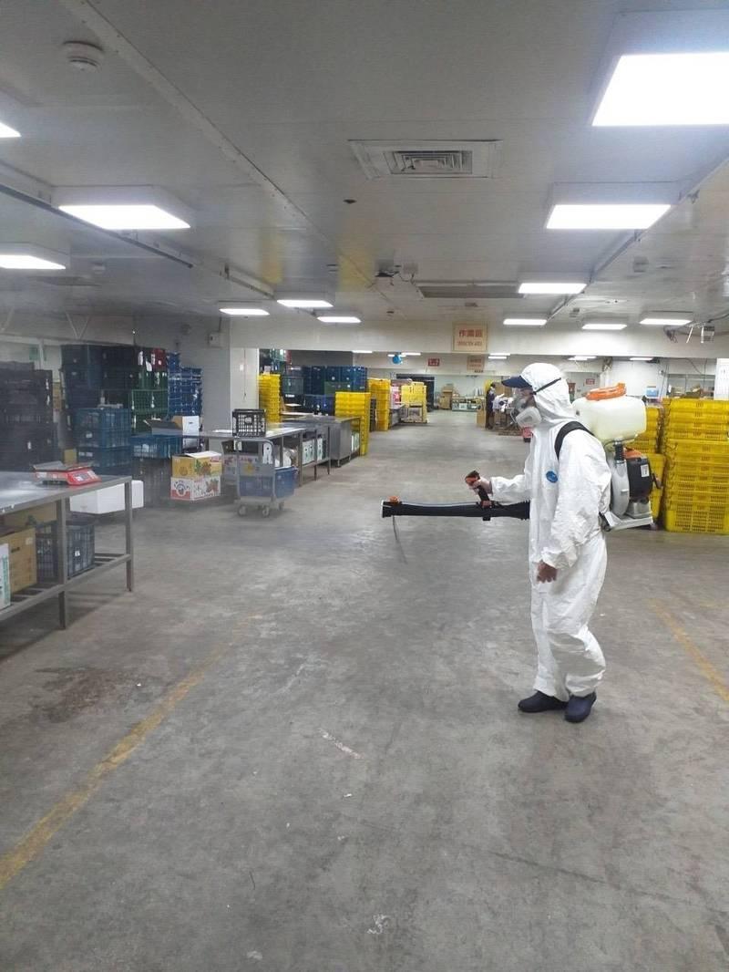 北農四樓營業部包裝中心消毒。(記者楊心慧翻攝)