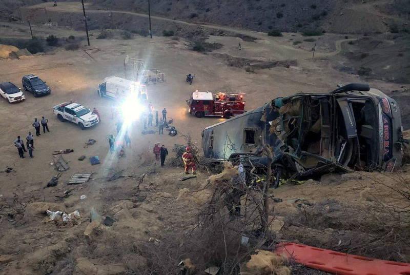 祕魯事故頻傳,近日1輛載有礦工的巴士行經祕魯南部山路時,墜入山谷,27人死亡,16人受傷。圖為去年祕魯球迷巴士意外,與本新聞中人物無關。(歐新社)