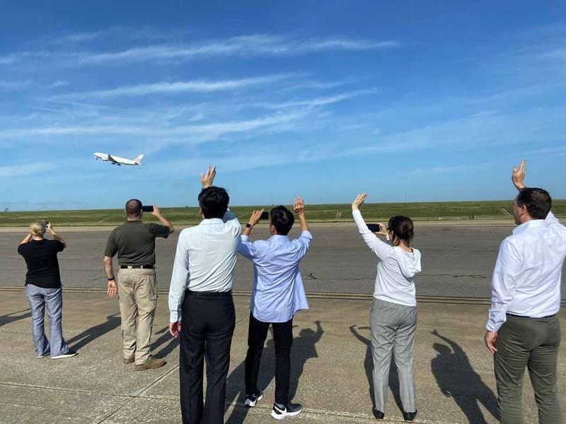 蕭美琴在臉書表示,「美國對台灣人滿滿的關心與支持,起飛了!」(圖取自蕭美琴臉書)