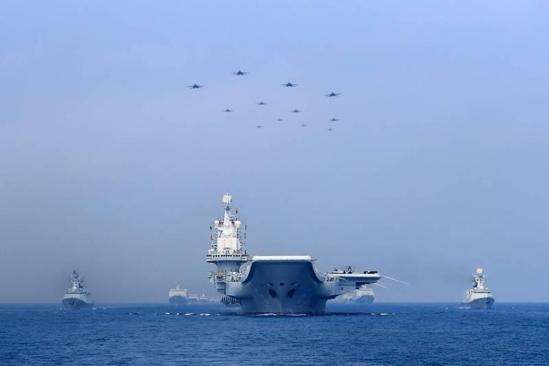 中國解放軍東部戰區海軍3艘軍艦昨天由南往北行駛,通過台灣東部海域,我國海軍嚴密監控。示意圖,圖為中國「遼寧號」南海操演畫面。(路透檔案照)