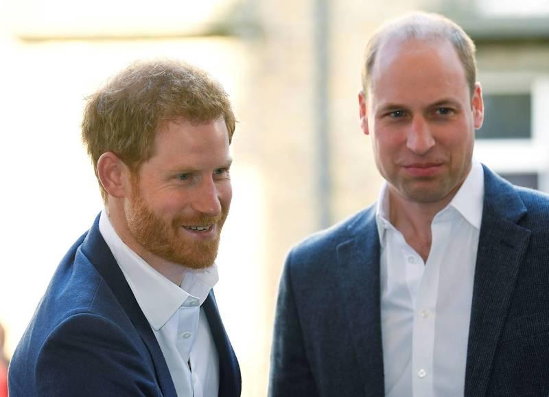 英國王室傳記作家新書指稱,哈利王子(左)和威廉王子(右)為了梅根兄弟鬩牆。(路透)
