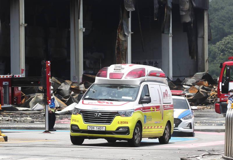 南韓電商巨頭物流中心Coupang倉庫17日發生嚴重火災,52歲金姓消防員當日進入大樓救災受困,經48個小時後,於今日上午發現遺骸,不幸殉職。(歐新社)