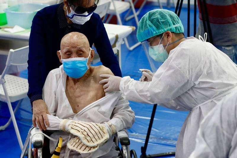 日本宮城縣大崎市有醫療機構推出高齡者居家接種服務,獲得長輩們的一致好評。日本老者接種示意圖。(歐新社)